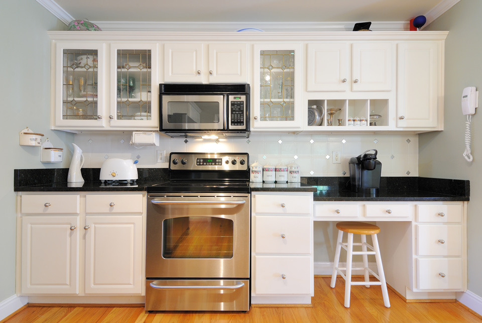 Black Countertops & White Cabinets in Wisconsin